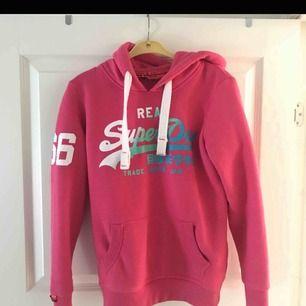 Jättefin rosa hoodie från superdry i nysick.