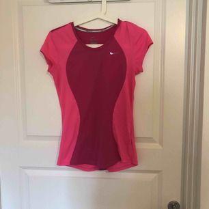 Rosa Nike tränings t-shirt i storlek XS. I använt skick. Jag står ej för frakt.