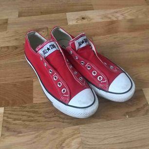 Converse skor som jag köpte i USA, modellen är utan snörning vilket är super snyggt. Använda 1 gång då jag totalt glömde bort dom och dom är nu för små, Färgen är superfin och skicket är jätte bra!! ( köparen står för frakten)