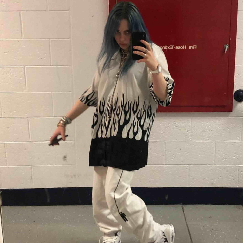 Billie eilish Blohsh byxor! Säljer pga använder för lite, och kan tänka mig att de skulle komma till mer användning hos någon annan. Perfekt skick och inga fläckar☺️ byxorna säljs inte längre någonstans så ni kommer få buda! Minimum är 300kr. . Jeans & Byxor.