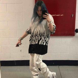 Billie eilish Blohsh byxor! Säljer pga använder för lite, och kan tänka mig att de skulle komma till mer användning hos någon annan. Perfekt skick och inga fläckar☺️ byxorna säljs inte längre någonstans så ni kommer få buda! Minimum är 300kr.
