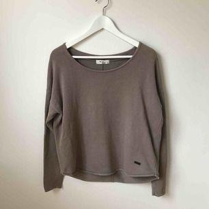 En jättefin mullvadsfärgad tröja i nyskick. Använd 2 gånger. Nypris 499kr.  Köparen står för fraktkostnad enligt postens portotabell.