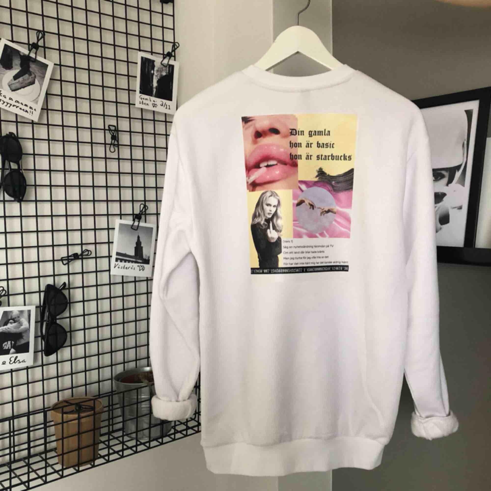 Svincool sweatshirt som jag har tryckt och designat själv! 249kr för en helt ny och exakt likadan, men tar även specialbeställningar för 299kr. Trycket består av en ihopsättning av bilder på t.ex Zara L när hon pekar finger, en Snooklyrics m.m. Huvtröjor & Träningströjor.