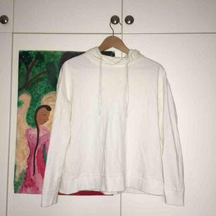 Supermysig vit hoodie! Fint skick då jag knappt fått användning för den;-) är storlek XS men är ändå lite oversized! Kan mötas i Sthlm och annars står köparen för frakt: 55 kr💕