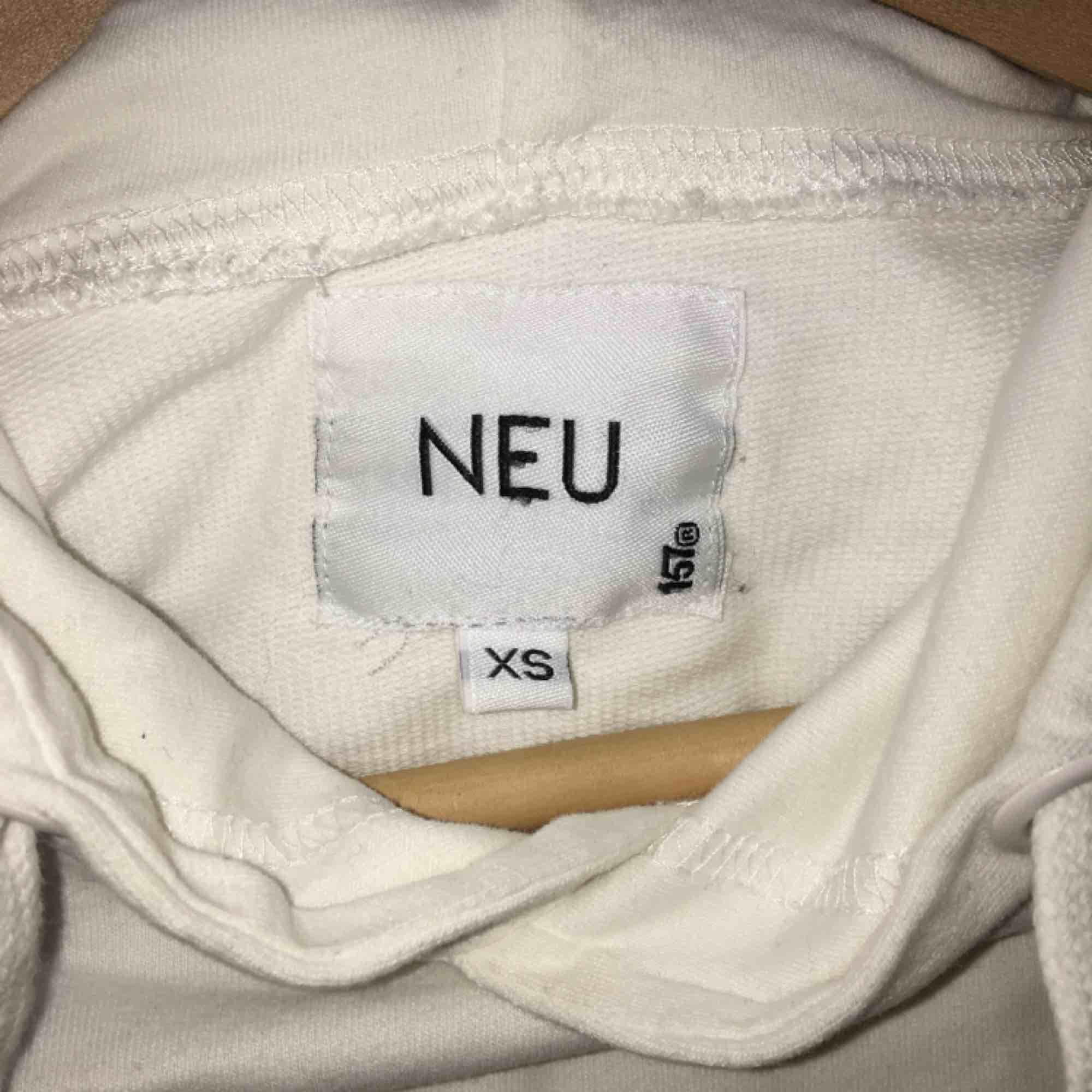 Supermysig vit hoodie! Fint skick då jag knappt fått användning för den;-) är storlek XS men är ändå lite oversized! Kan mötas i Sthlm och annars står köparen för frakt: 55 kr💕. Huvtröjor & Träningströjor.
