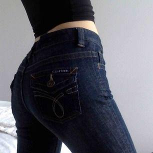 JÄTTESNYGGA jeans från Calvin Klein. Tyvärr lite för korta för mig vilket jag stör mig på. Modellen är bootcut
