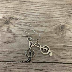 Coola örhängen i form av noter. Oanvända och i silverfärg!
