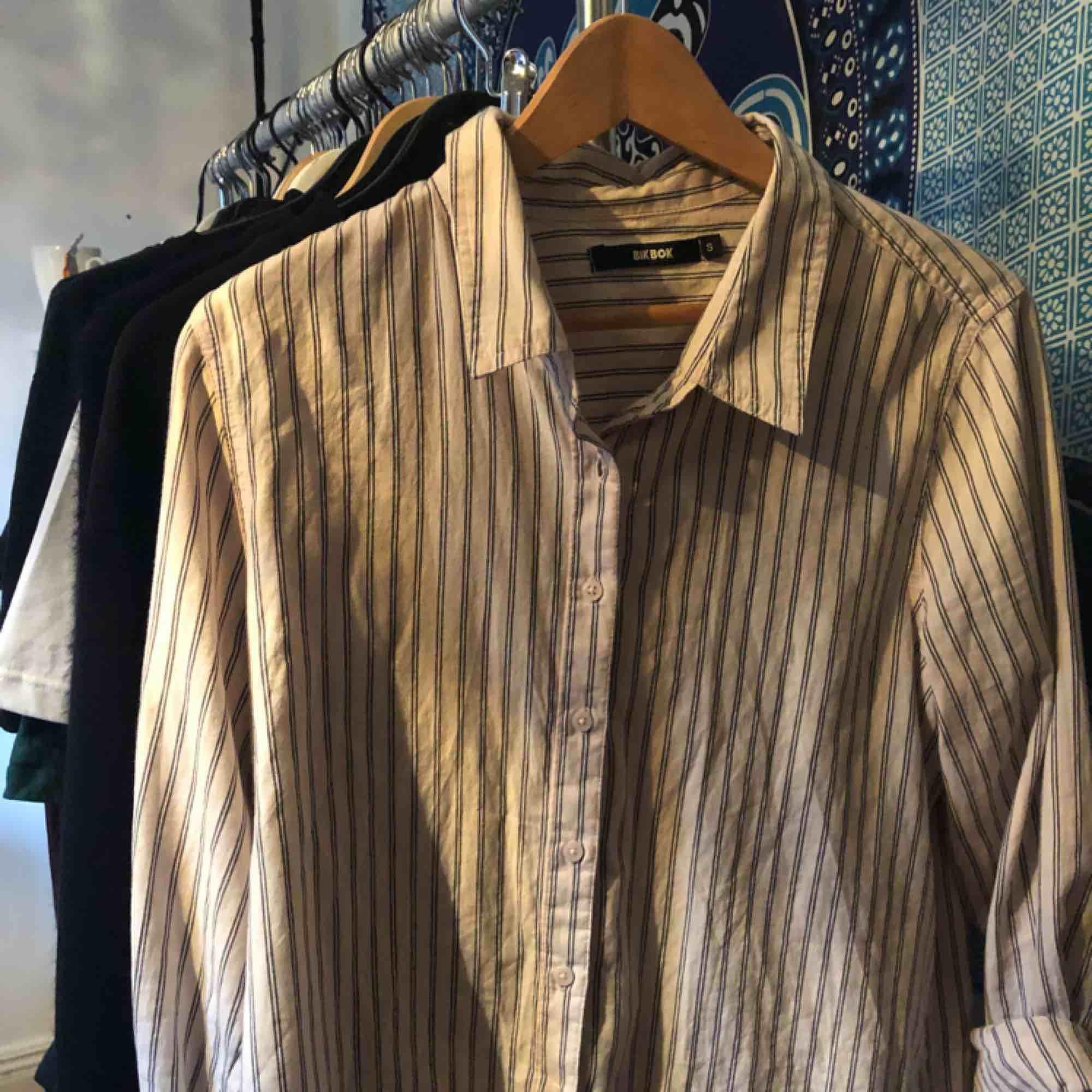 randig skjorta hundra procent ekologisk bomull🌻 köpare står för frakt på 39kr💌. Skjortor.