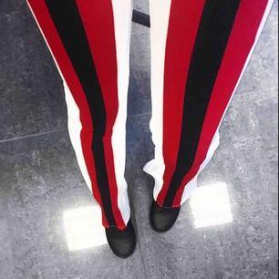 Bootcut byxor från fashion Nova. Vita med marin blåa och röda ränder, är 160cm och längden är perfekt.