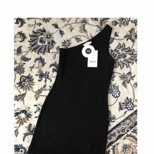 Helt ny, oanvänd klänning från Vanessa Moe's kollektion på NA-KD. Nypris 499kr!