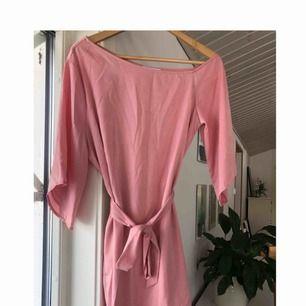 Rosa klänning från Hannalicious x NA-KD. Använd en gång, nypris 399kr!