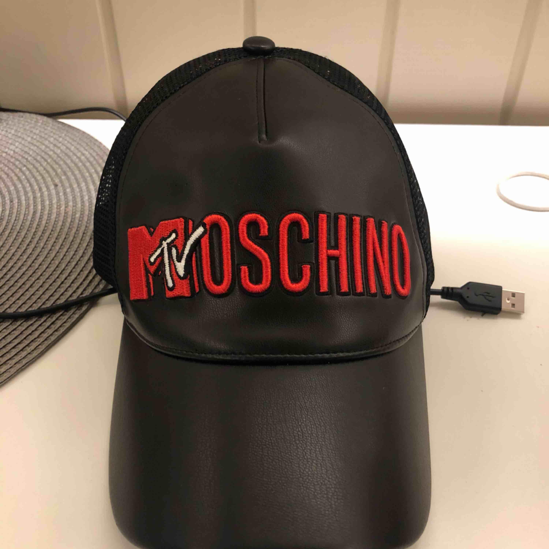 Säljer denna snygga H&M X moschino keps, 400kr plus frakt. Accessoarer.