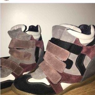 Ett par fräscha kilklacksneakers, köparen står för frakt <3