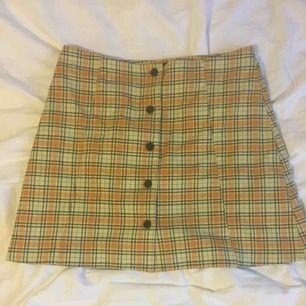 asnajs kjol från monki, köpt för 250kr och i toppskick! använd ett fåtal gånger, tyvärr för stor för mig som har 36:(  skriv för mer info, möter upp i Göteborg elr så får köparen betala frakt. puss<3