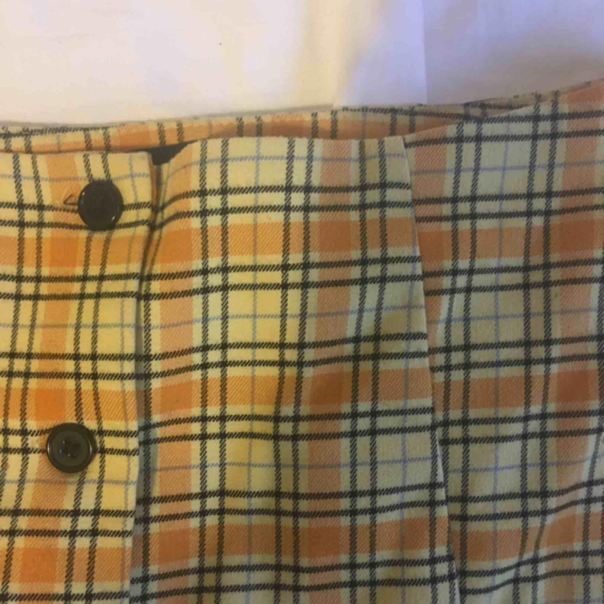 asnajs kjol från monki, köpt för 250kr och i toppskick! använd ett fåtal gånger, tyvärr för stor för mig som har 36:(  skriv för mer info, möter upp i Göteborg elr så får köparen betala frakt. puss<3. Kjolar.