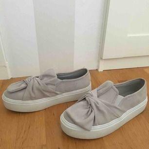 Gråa sneakers från Nelly