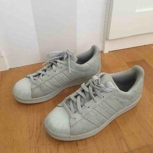 Blå/gråa adidas sneakers