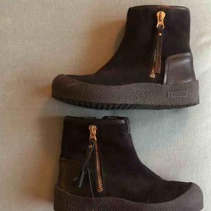 Fina Canada Snow skor!! Knapp använda och fint skick! Säljes pga köpte fel storlek. Kan mötas i Uppsala eller skickas via post, frakt ingår i priset.💫