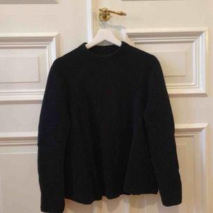 Mysig stickad tröja från cos. Färgen är mörkblå men uppfattas nästan som svart. Kan mötas upp i Gbg annars tillkommer frakt✨