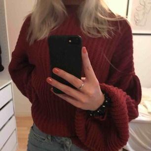 vinröd stickad tröja super skön, jag som har small kan ha den men den blir lite oversized men super fin ändå!! fraktkostnader tillkommer