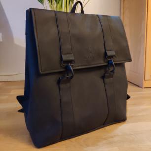 Snygg lite större ryggsäck som jag tyvärr inte använder. I nyskick och utan läderdetaljer!!  Mått: H 39 cm x L 35 cm x W 14 cm  Volym: 18 liter  Finns i Linköping eller skickas mot frakt