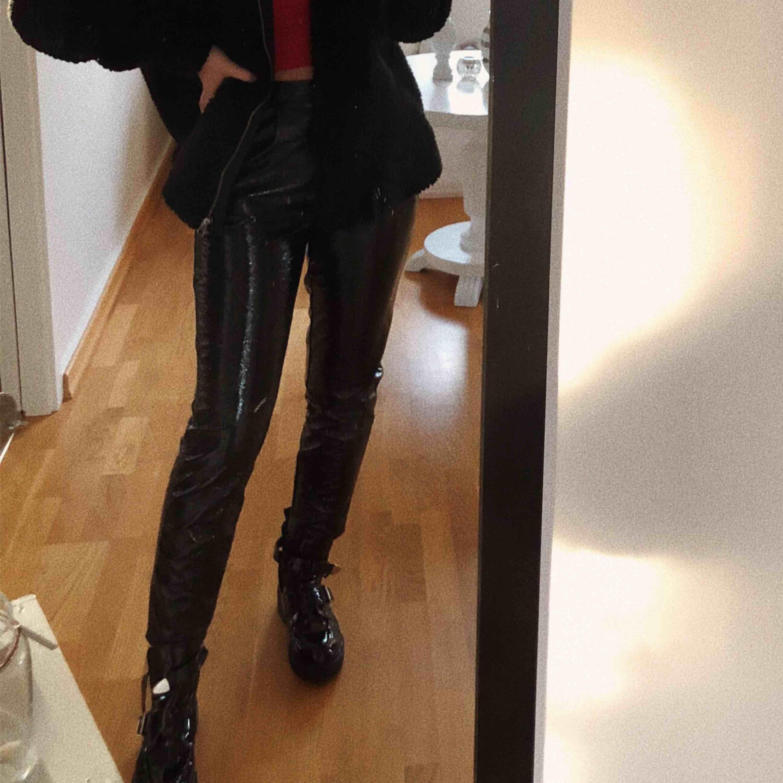 Superfina lackbyxor från Na-Kd ✨. Jeans & Byxor.