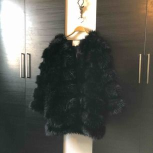 Säljer min älskade fur-jacket som är köpt från Madlady nypris 1200kr. Använd 2 gånger och är precis som ny 😇