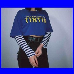 en blå/vit tröja jag köpt i gina tricot för ett tag sen, skitsnygg under t-shirts! har bara använt den en gång och jag behöver pengar ;) det står att den är xs men sitter lite oversized så den kan funka på s också! frakt är redan inräknat!