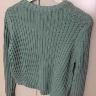 En ljusblå/ turkos sweatshirt från GinaTricot i storlek Medium. Är lite tung men har bra kvalité. Oanvänd och har inga defekter. Passar perfekt med exempelvis en skjorta under!