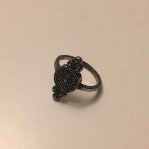 Silverfärgad ring. Möts i Örebro eller skickar, köparen står för frakt