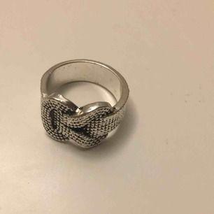 Silverfärgad ring. Möts i örebro eller skickar, köparen står för frakt.