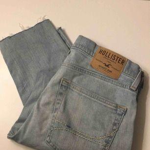 """Hollister Super Skinny Jeans med """"avklippning"""" vid vristerna. Storlek 30x30. Nypris 799kr. Möter i Örebro eller skickar, köparen står för frakt"""