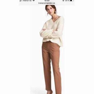 Super fina bruna kostymbyxor från hm! Aldrig använda! Säljs då dom är för stora tyvärr😭 Storlek 34, men det är mycket strech så passar även som en 36 🙌🏼