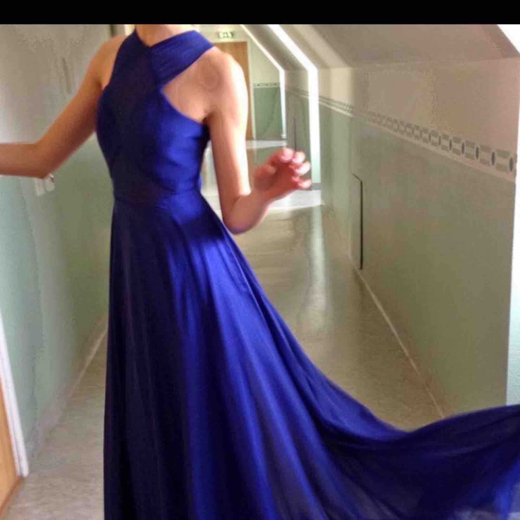 Balklänning inspirerad av Rihannas berömda rödamattan klänning. Den är verkligen xxs men går att sprätta upp runt rumpan i innertyget då den är insydd. Om du bor i Stockholm får du gärna komma och prova såklart.   Kan skickas mot fraktkostnad . Klänningar.