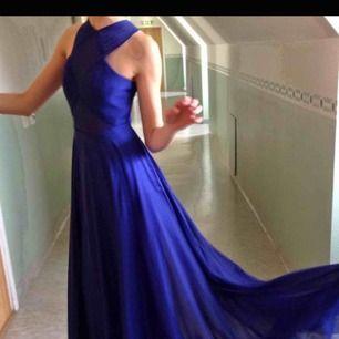 Balklänning inspirerad av Rihannas berömda rödamattan klänning. Den är verkligen xxs men går att sprätta upp runt rumpan i innertyget då den är insydd. Om du bor i Stockholm får du gärna komma och prova såklart.   Kan skickas mot fraktkostnad