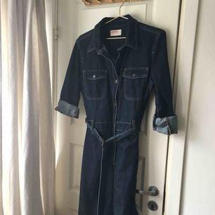 Dobber jeans klänning! Figursydd och sitter som en smäck👌🏽