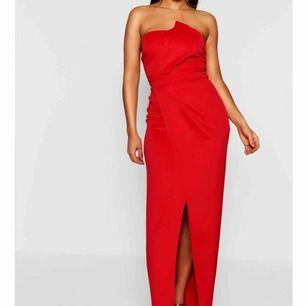 Röd skitsnygg balklänning från Boohoo. Köpte många klänningar o glömde lämna tillbaka de så säljer alla nu! Helt oanvänd med alla lappar kvar! Bandlöst med slit framtill😊