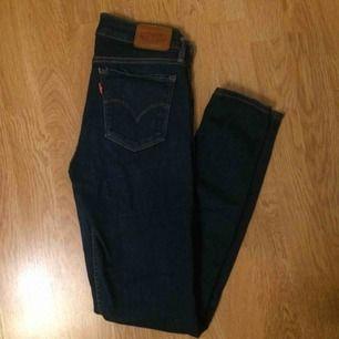 """Jeans från Levis i modellen """"710"""", storlek W26 L30. Sömmen på ena fickan har gått upp därav det låga priset. Inköpspris runt 1000kr. Möts upp i Uppsala, annars står köparen för frakten!"""