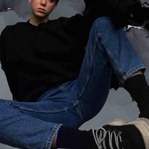 De perfekta mom jeansen! Fint skick och superbekväma. Höga i midjan och lagom längd på mig som är 167cm lång🌻