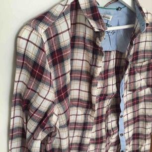 En helt oanvänd rutig flannel från Hampton Republic. Uppskattningsvis en 36/38. I perfekt skick, fin flannel att äga :)