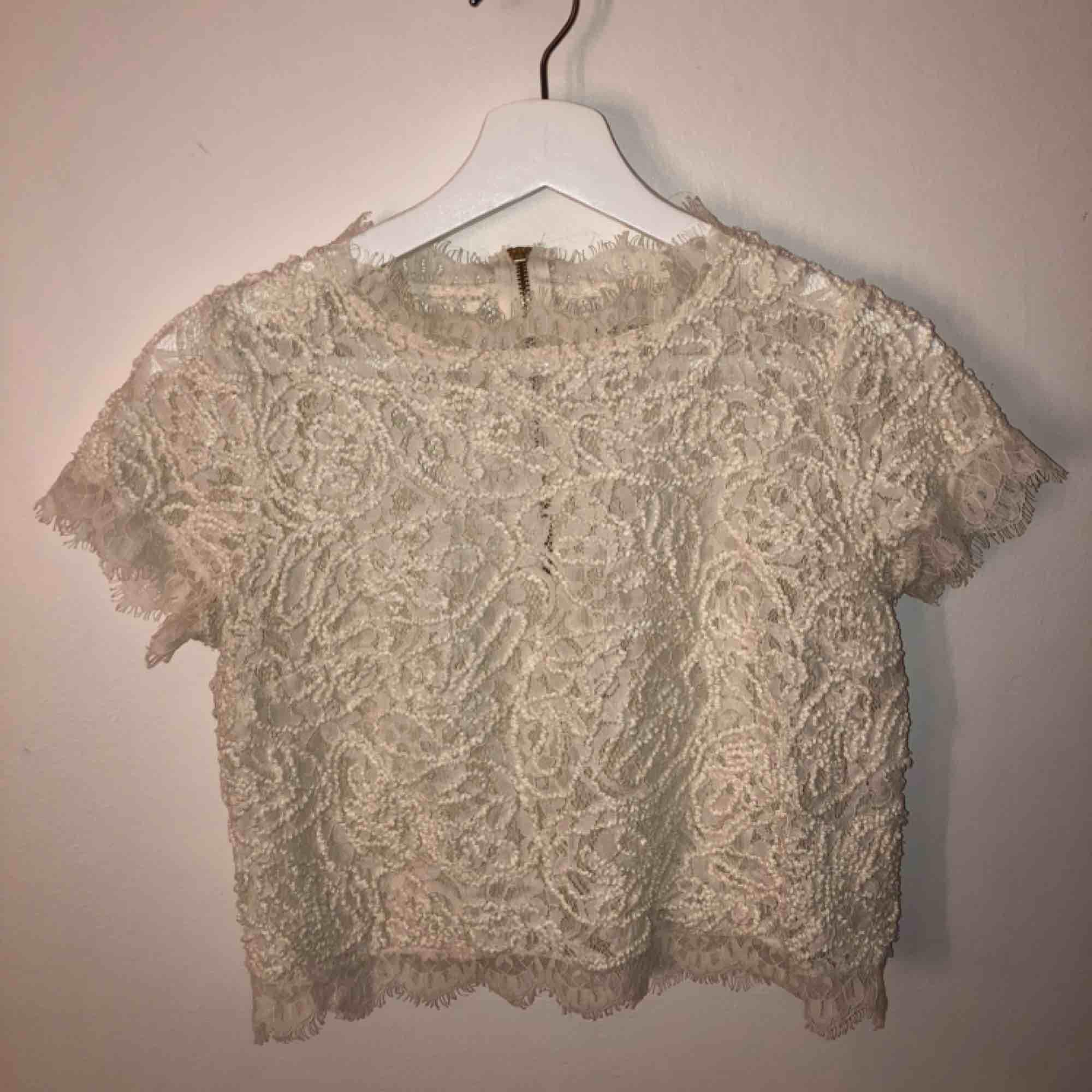 Fin kortärmad tröja från Lindex med dragkedja bak som går ungefär halvvägs ner för ryggen, sparsamt använd. Skriv för fler bilder eller om du har några funderingar. Köparen står för frakt💕:). Blusar.