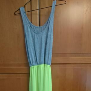 Långklänning från gina grå/neongul. Är lite lång på mig som är 162cm, perfekt med klackar dock 😊