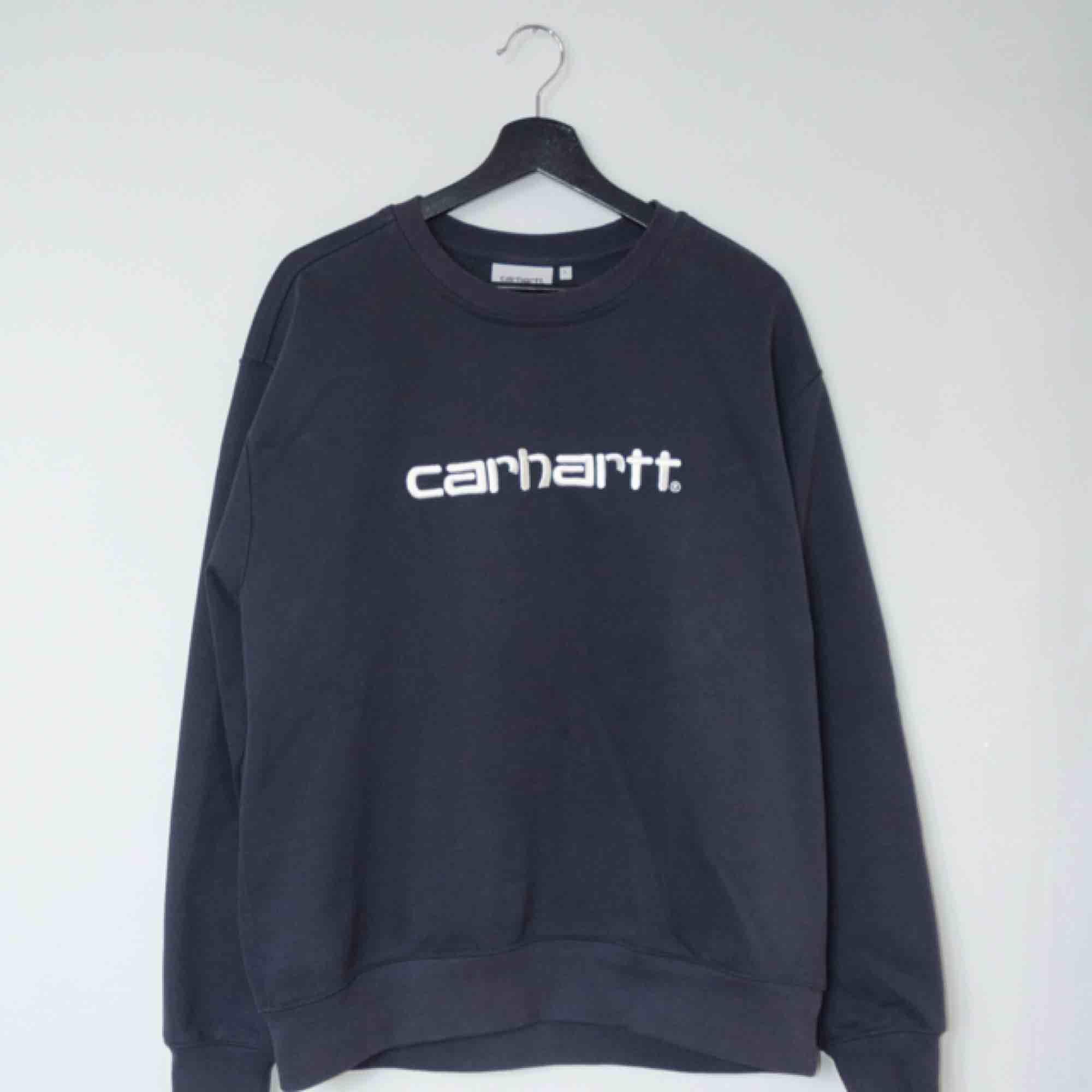 Säljer en Carhartt tröja i färgen navy wax. Suveränt komplement till Paccbet x Carhartt tröjan från SS18!  Size: Large Cond: 9/10 (gott skick utöver en liten fläck på magen, knappt tydlig vid användning). Tröjor & Koftor.