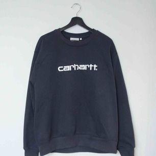 Säljer en Carhartt tröja i färgen navy wax. Suveränt komplement till Paccbet x Carhartt tröjan från SS18!  Size: Large Cond: 9/10 (gott skick utöver en liten fläck på magen, knappt tydlig vid användning)