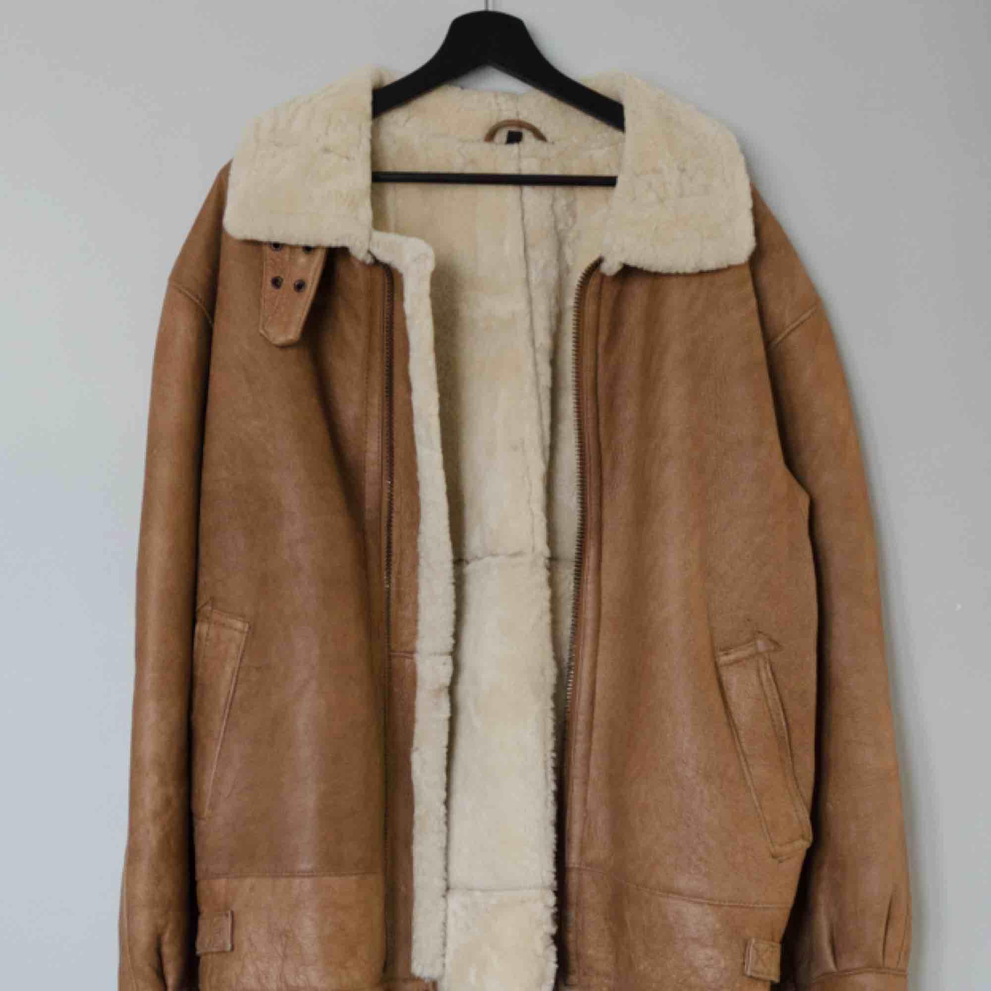 Säljer en vintage shearling jacka i äkta fårskinn av märket Maddox!  Size: 50 (Large) Cond: 7/10 (gott skick för sin ålder, allmänt slitage). Jackor.