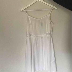 vit klänning med spets vid midjan. Kan mötas i Örebro. Frakt står köparen för och jag ansvarar ej för något bortslarvande i posten.