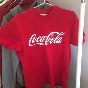 röd coca cola t-shirt. frakt ingår inte i priset