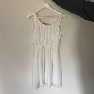 vit klänning med detalj vid urringningen. Kan mötas i Örebro. Frakt står köparen för och jag ansvarar ej för något bortslarvande i posten.