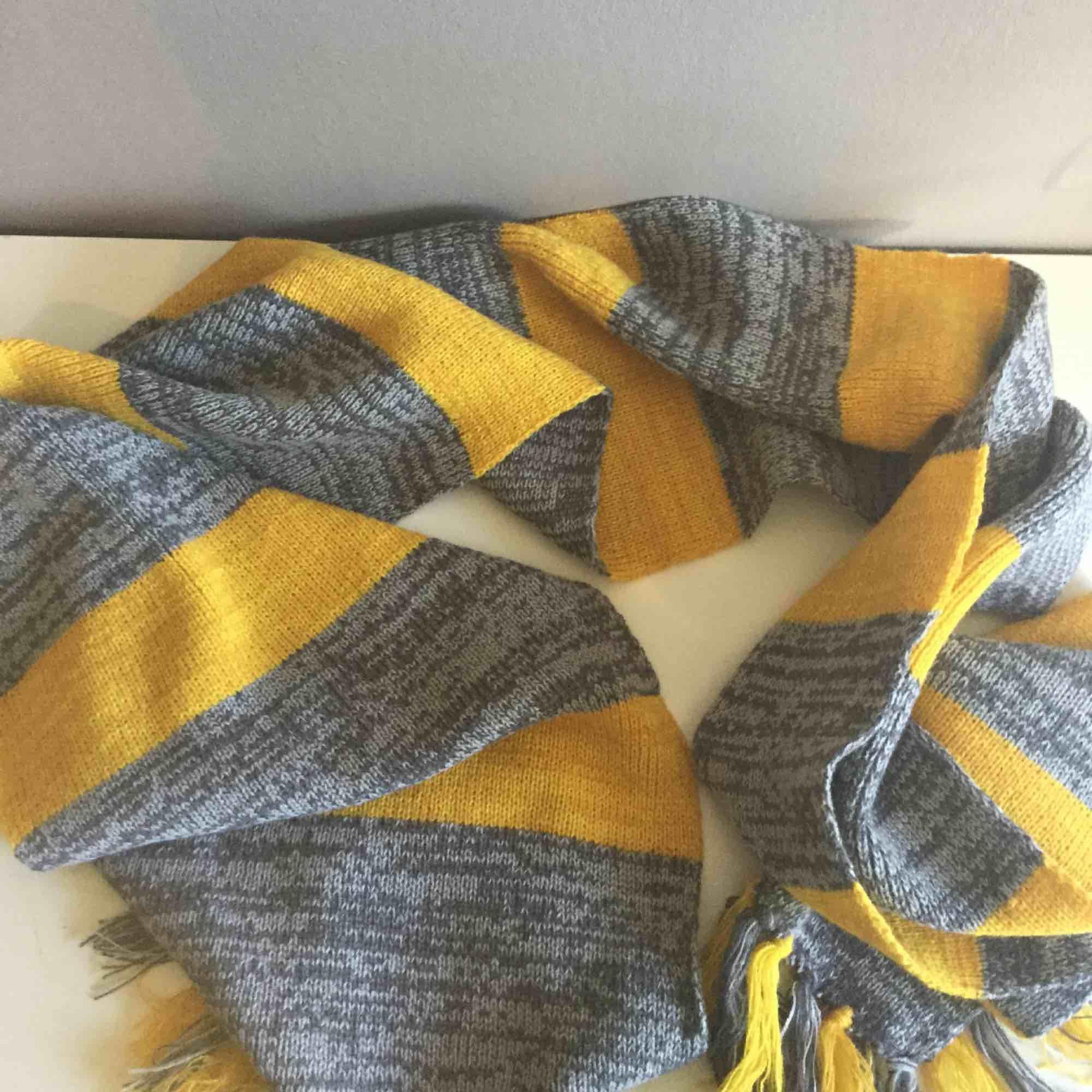 """En gul-grå halsduk från """"fantastic beasts"""". Köpt från science-fiction bokhandeln i Stockholm. Aldrig använd och i fint skick, säljer pga jag aldrig använder den. Varmt och mjukt material.. Accessoarer."""