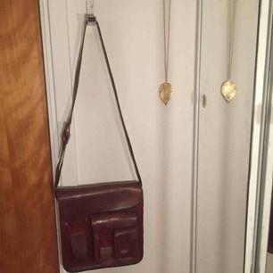 En skitsnygg läder väska med tre olika stora fack. Lädret är ganska hårt och oböjligt, så behöver nog en in smörjning. Jättesnygg till sommaren eller varför inte och bara hänga på en krok som en inredningsdetalj hemma?